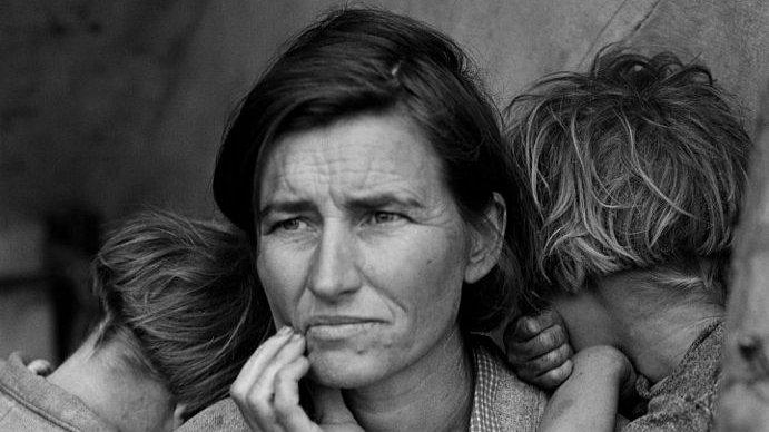 En amerikansk mor med to af sine syv børn i 1936.